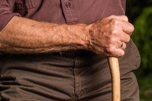 personne âgée ayant une arthrose de la hanche